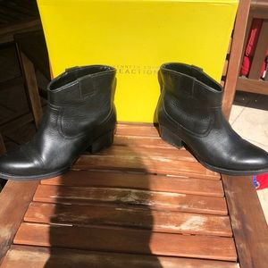 Kenneth Cole Size 6.5 Hot Step Boot- Black